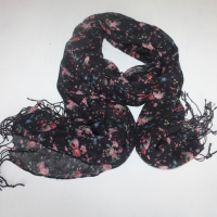 Shawl women contains inscribed roses